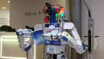 Davos - 21.01.16 - Hubo ist ein Roboter mit menschenähnlichen Fähigkeiten. Der Humanoid der Südkoreanischen Technologie-Schmiede Rainbow Robotics zeigt am World Economic Forum 2016, dass er trotz seines robusten Körpers eine Menge feinmotorischer Fähigkeiten besitzt (Quelle:awp).