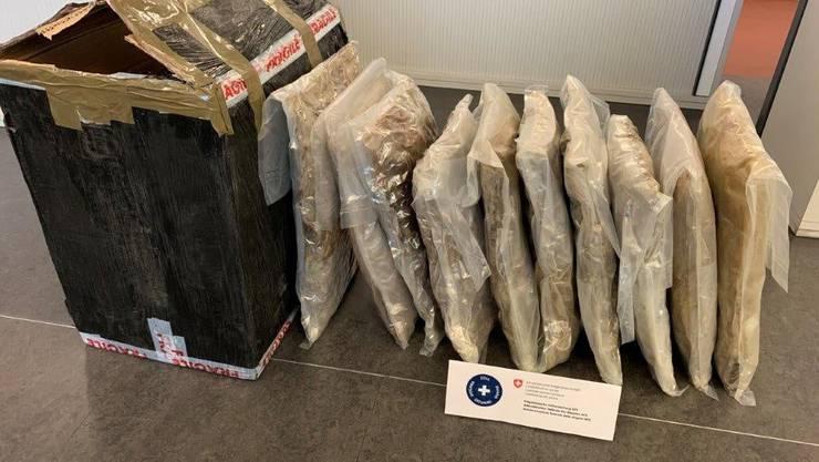 Im Paket befanden sich 10 Beutel mit 12,4 Kilo Marihuana.