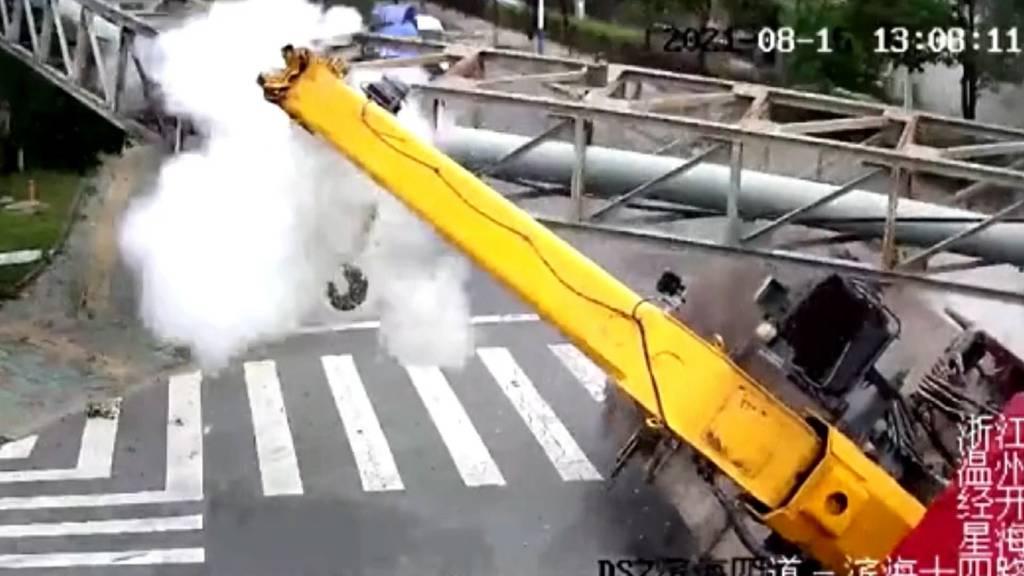 China: Dieser LKW kracht während der Fahrt in eine Dampfleitung