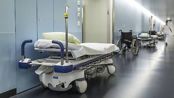 Der Trend zu mehr ambulanten Behandlungen schlägt sich auch in den Rechnungen der Spitäler nieder. Die Kosten stiegen in den letzten fünf Jahren im ambulanten Bereich doppelt so stark wie im stationären. (Symbolbild)
