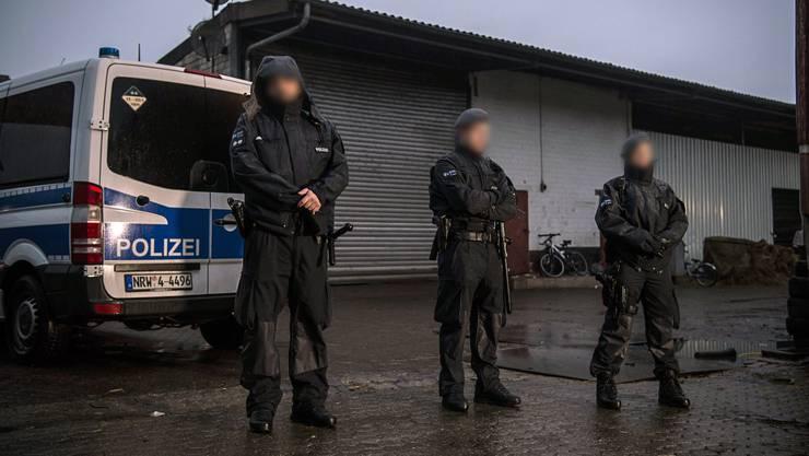 """In zehn Bundesländern begannen am frühen Dienstagmorgen Razzien gegen den salafistischen Verein, der unter anderem wegen seiner umstrittenen Gratis-Koran-Verteilaktionen """"Lies"""" bekannt ist."""