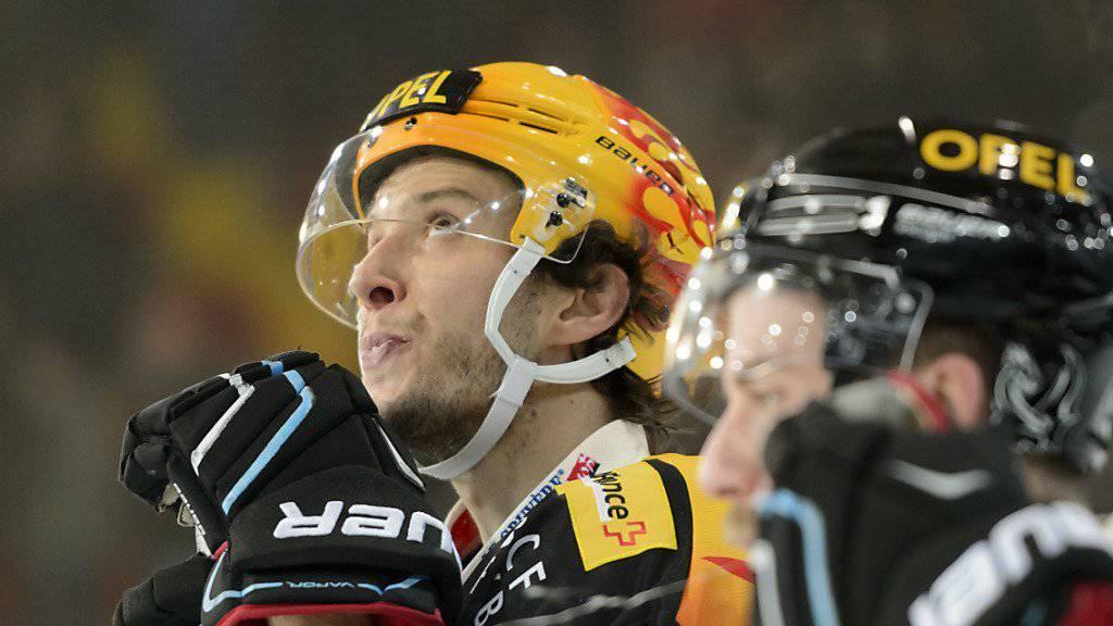 """Der Freiburger Captain Julien Sprunger kommt laut """"La Liberté"""" für seinen Aktion gegen den verletzt ausfallenden Genfer Daniel Rubin ohne Verfahren davon"""