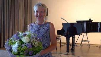 Irène Schori wurde mit einem Blumenstrauss geehrt.