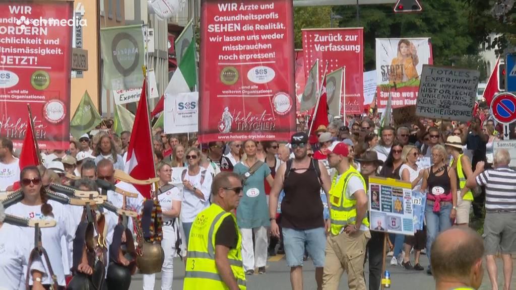 Massnahmenkritiker demonstrieren friedlich in Uster