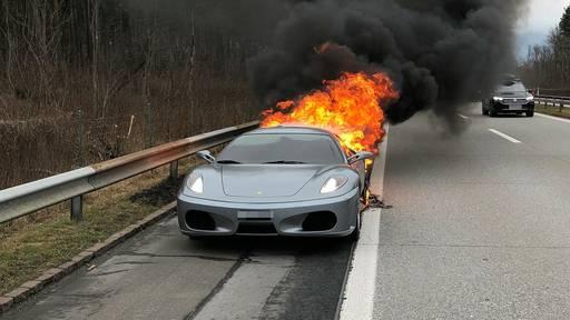 Ferrari brennt auf A13 komplett aus