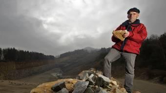 Grossrat Sämi Richner mit einem Kalkstein im Steinbruch ob Auenstein - die nächste Grossratssitzung vom 4. November wird seine letzte sein.