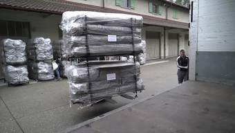 Am Dienstag und Mittwoch werden unter der Leitung der Humanitären Hilfe der Schweiz in Bethlehem bei Bern 600 Winterzelte auf Lastwagen verladen.