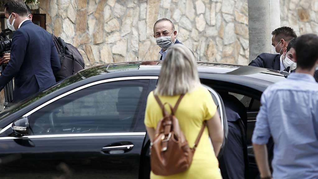 Mevlüt Cavusoglu (M), Aussenminister der Türkei, trifft an einem Restaurant ein. Der türkische Aussenminister ist zu einem zweitägigen Besuch in Griechenland.