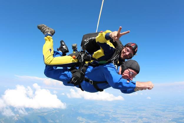 Alles okay: Hans-Adolf Schmutz (unten) in der Luft mit seinem Tandem René Glücki.