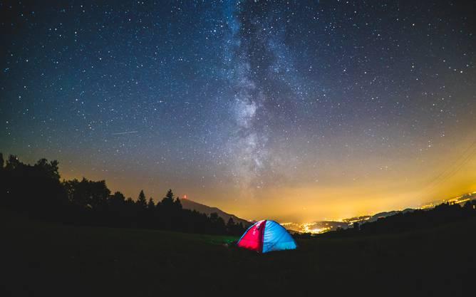 Mit dem Zelt harrte er nachts in der Natur aus, um die richtigen Aufnahmen für seinen Zeitrafferfilm zu bekommen.