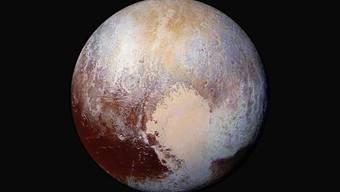 """Ein farbverstärktes Bild von Pluto, das die NASA-Sonde """"New Horizons"""" aufgenommen hat, zeigt die unterschiedlichen Farben und Oberflächen-Beschaffenheit des Zwergplaneten. (Foto: Handout)"""
