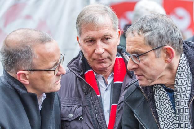 Der designierte Aarauer Stadtpräsident Hanspeter Hilfiker und Regierungsrat Urs Hofmann im Gespräch, beobachtet von FCA-Präsident Alred Schmid