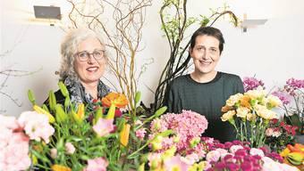 Ein eingespieltes Team: Elsbeth Leuenberger (rechts) und Anita Schibli erzählen im Blumengeschäft Umiker in Hausen von ihren gemeinsamen Projekten. Bild: Severin Bigler