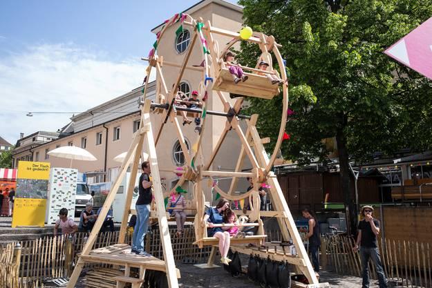Das handbetriebene Riesenrad auf dem Barfüsserplatz.