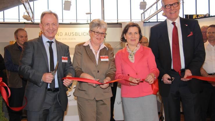 Benno Krämer, seine Frau Monika, Vizestadtpräsidentin Barbara Streit und Kantonsratspräsident Ernst Zingg durchschneiden das Band