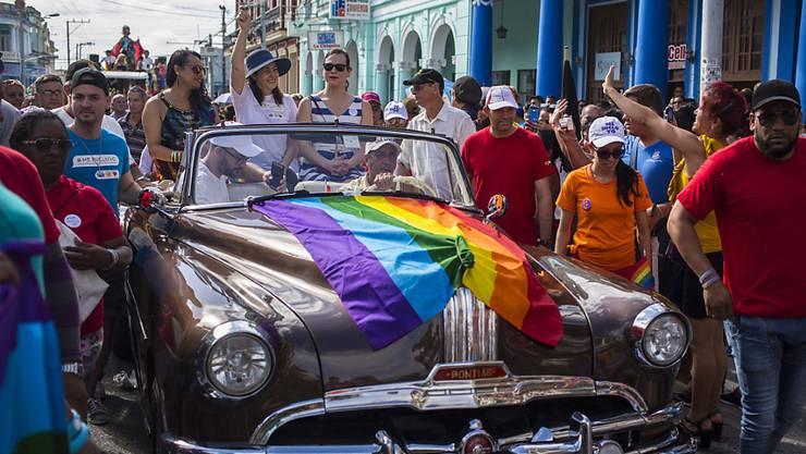 Die Abgeordnete und Tochter von Ex-Staatschef Raúl Castro, Mariela Castro (im Auto, winkend), setzt sich seit Jahren für die Rechte sexueller Minderheiten sowie für die Frauenrechte ein. (Archivbild)