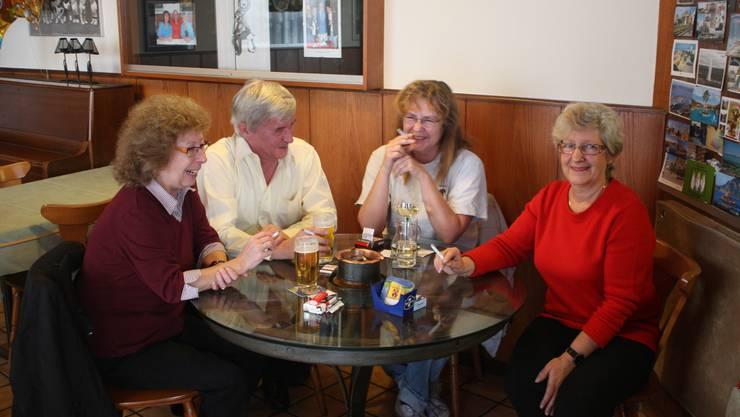 «Wir rauchen einfach weiter»: Wirtin Astrid Zankl (rechts) vom Restaurant Stänzler. Moritz Kaufmann