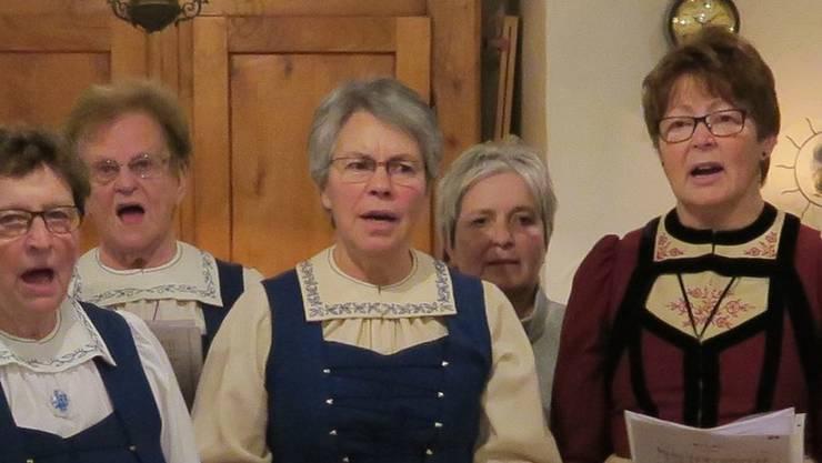 """Mit dem Lied """"Uf e Wäg"""" macht sich die Trachtengruppe auf den Weg ins neue Vereinsjahr."""