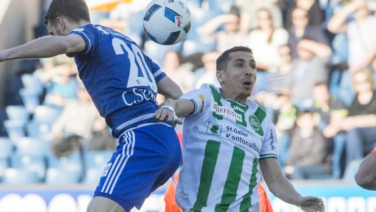 Yannis Tafer, hier im Kopfballduell Christian Schneuwly, verletzt sich im Spiel gegen den FC Luzern (1:0)
