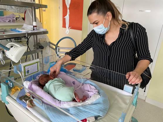 Mutter Ardiana Aliaj und einer der drei Buben im Kantonsspital Baden auf der Neonatologie.