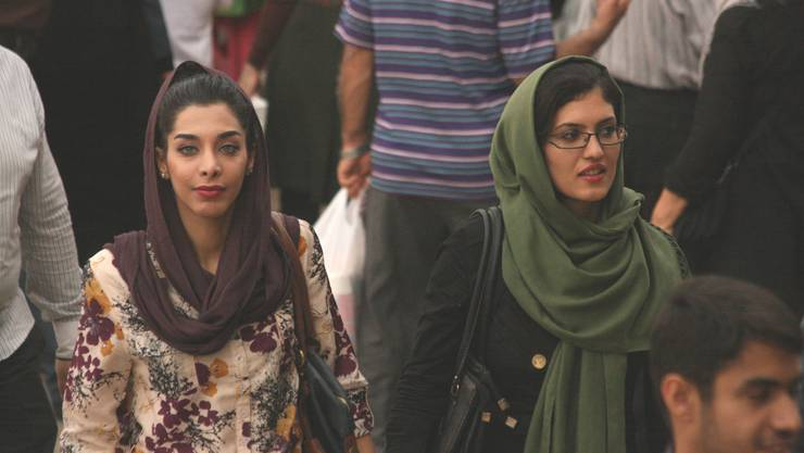 Wie ein modisches Accessoire Viele Frauen lassen ihr Kopftuch so weit nach hinten rutschen, dass es die Haare kaum noch bedeckt
