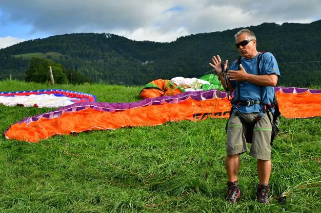 Markus Suremann von der Flugschule Jura erklärt die ersten Schritte beim Gleitschirmfliegen.