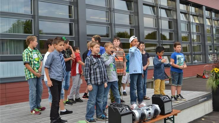 Heimkinder als Rapper vor der aussen und innen erneuerten Turn- und Mehrzweckhalle.