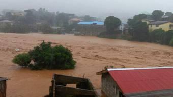 Blick auf ein überschwemmtes Gebiet in Freetown, der Hauptstadt von Sierra Leone. Bei durch die Unwetter ausgelösten Erdrutschen sind hunderte Menschen ums Leben gekommen.