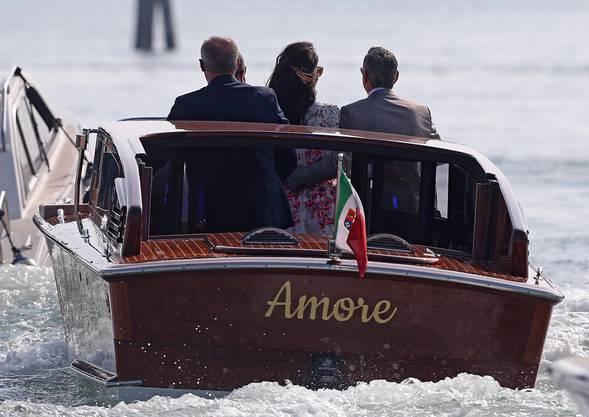 """George Clooney und seine Frau Amal Alamuddin unterwegs im Taxi-Boot """"Amore""""."""