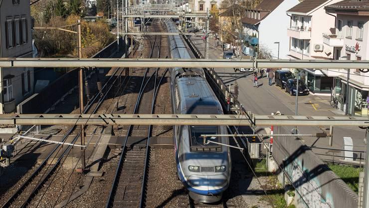 Am Liestaler Bahnhof ists heute ziemlich eng. Die SBB wollen links mehr Platz für das vierte Gleis schaffen. Dazu müssen auch Gebäude wie jenes am Bahnübergang abgerissen werden.