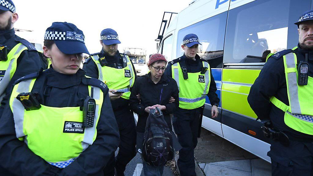 Britische Polizisten verhaften in London im November 2018 eine Umweltaktivistin. (Archivbild)