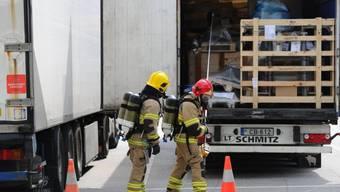 Feuerwehrleute kontrollieren den Lastwagen aus Litauen