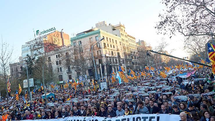 """""""Selbstbestimmung ist kein Verbrechen"""", steht auf dem Transparent. Mindestens 200'000 Menschen protestierten in Barcelona gegen den Prozess gegen zwölf katalanische Unabhängigkeitsführer."""