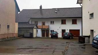 Die Liegenschaft befindet sich an der Zürichstrasse neben einem anderen Gebäude der Gemeinde, dahinter ist die Schulanlage Dorf.