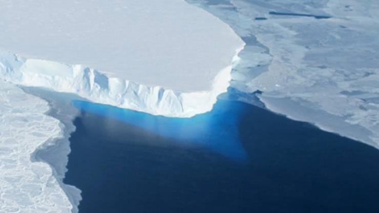 Thwaites-Gletscher in der Antarktis: Unter anderem die Eisschmelze an den Polen verursacht das Ansteigen des Meeresspiegels. (Symbolbild)