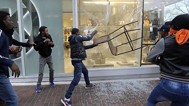 Blinde Wut in Baltimore: Demonstranten zerstören Schaufenster