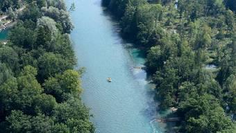 In Bern suchen Einsatzkräfte seit Samstagabend einen vermissten Aareschwimmer. (Archivbild)