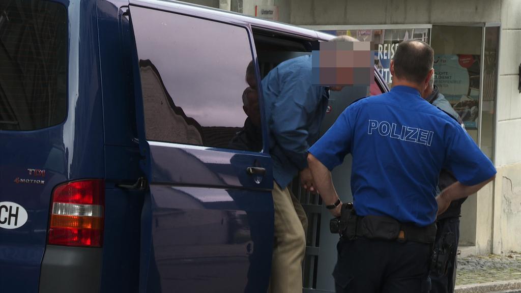 Kommt vom vorzeitigen Strafvollzug zum Gericht: Der 65-jährige angeklagte Ostschweizer.