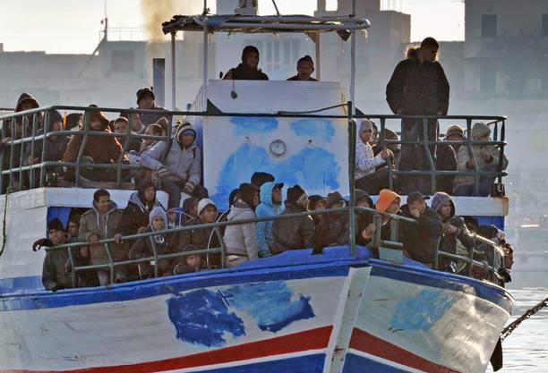 Ein Boot mit geretteten Flüchtlingen trifft in Sizilien ein. Doch was ist mit jenen, die in Seenot geraten und nicht rechtzeitig gefunden werden?