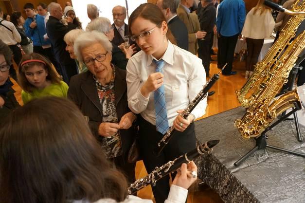 Oboe-Spielerin Silvia Leuzinger erklaert ihr Instrument am Neujahrsapero