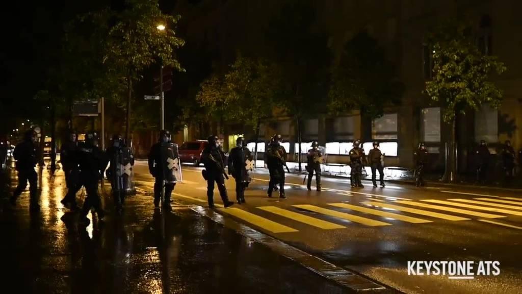 Polizei räumt den Bundesplatz – Aktivisten harren aus