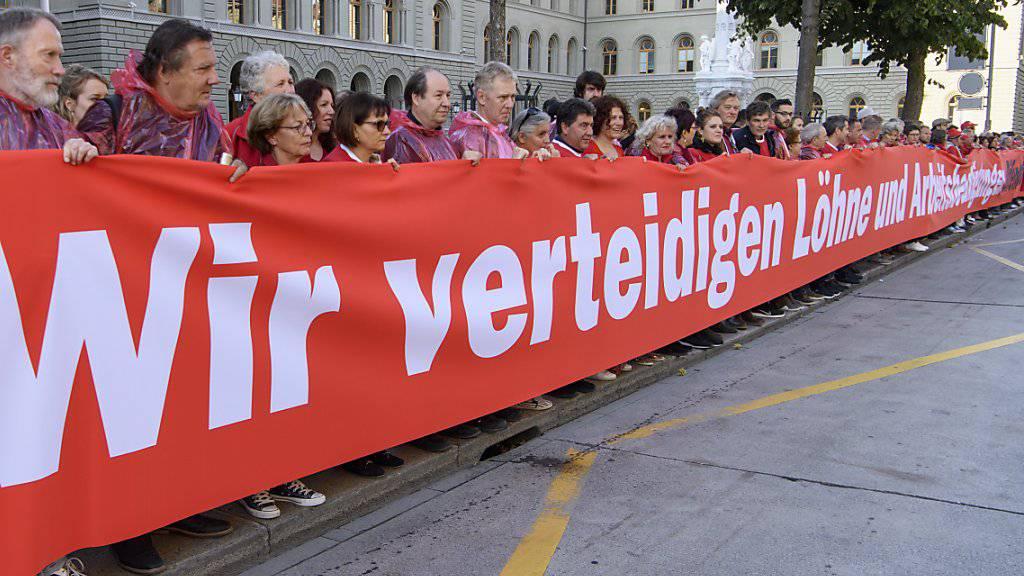 Gewerkschafter vor dem Bundeshaus demonstrieren mit einer «Roten Linie» für die flankierenden Massnahmen.
