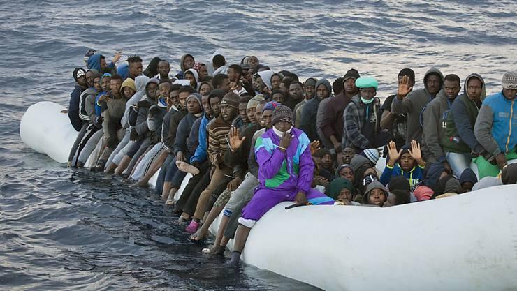 Jede Woche machen sich unzählige Schlauchboote von Libyen auf den Weg in Richtung Europa. Viele sind überladen. (Archiv)