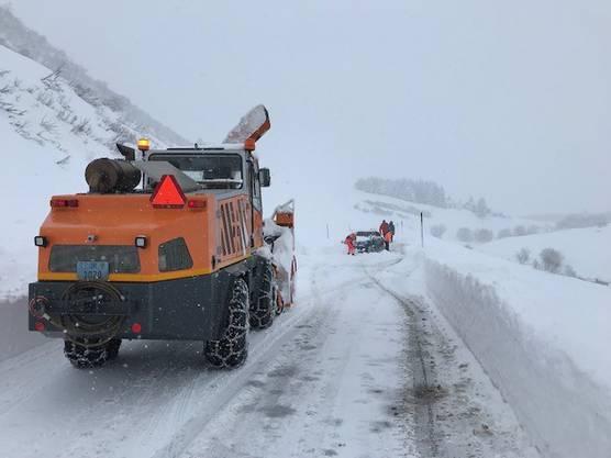 Uri, 13. Januar: Am Sonntagmorgen hat sich zwischen Hospental und Zumdorf eine Lawine gelöst und die Furkastrasse auf einer Länge von 250 Metern verschüttet. Personen sind keine zu Schaden gekommen.