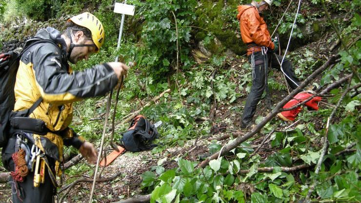 Mitglieder des SAC Weissensteins 2012 bei Räumungsarbeiten am Berg. (Archiv)