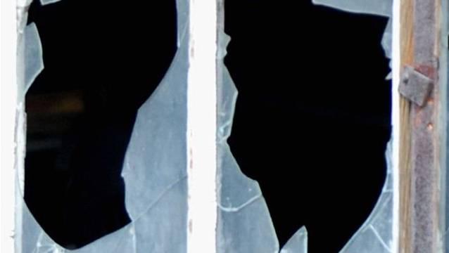 Mehrere Fenster der Liegenschaft wurden von Unbekannten eingeschlagen. (Symbolbild).