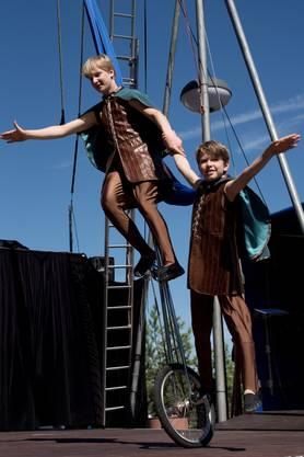Tanzend auf dem Einrand ist ein Kinderspiel für die jungen Akrobaten