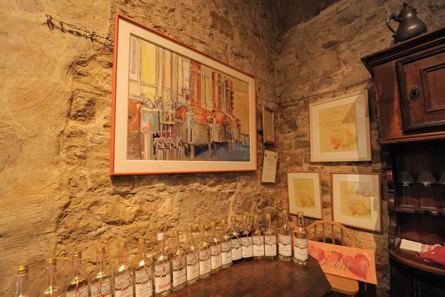 Wo die Brennerei sich mit dem Hobby verbindet Rosmarie Zuber stellt im Gewölbekeller ihre Gemälde und die Flaschen aus