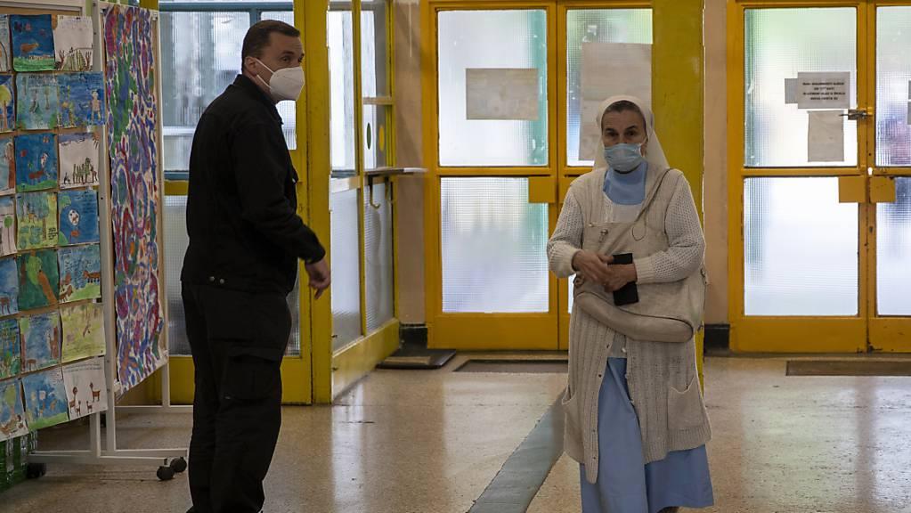 Eine katholische Nonne kommt in ein Wahllokal. In 20 Gespanschaften, der Hauptstadt Zagreb sowie weiteren 555 Städten und Gemeinden werden neue Vertretungskörperschaften gewählt.
