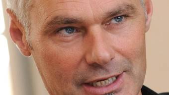 Michael Wüthrich, Grossrat der Grünen, will Autofahrspuren abbauen, um das Ziel von 10 Prozent weniger Autos in Basel zu erreichen.